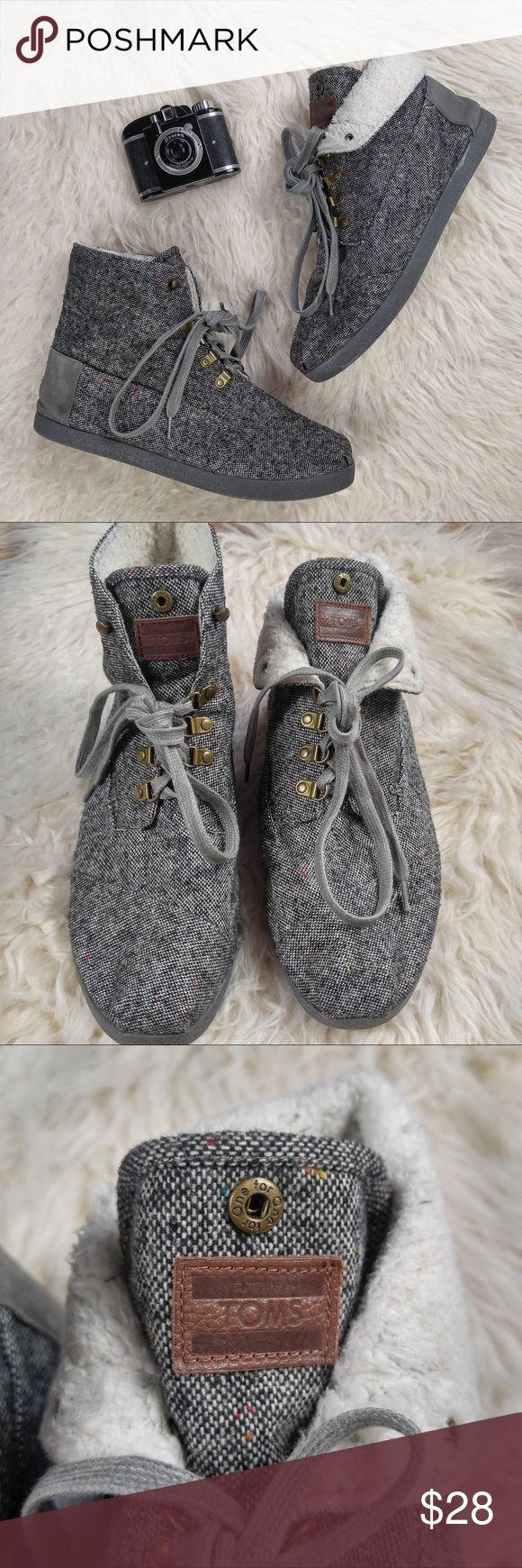 Men's Toms high top lined shoes Good condition, gently used, minimal wear as pictured, lined, tweed look, color- gray, white. ⭐️ no trading or modeling ⭐️ TOMS Shoes Sneakers
