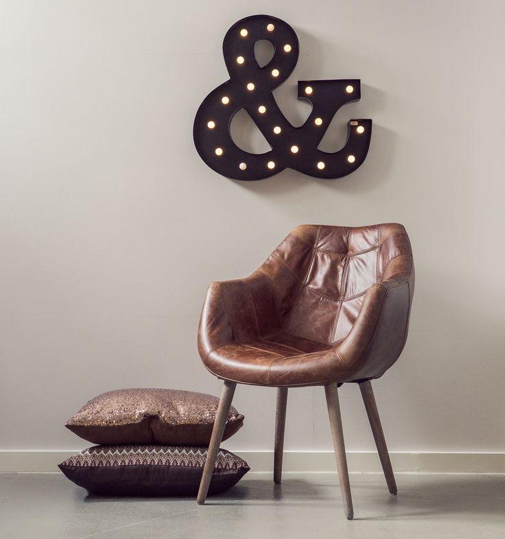 Spisestol i vintage skinn med armlener. Rustikt, vintage og stilig. Puter og lysbokstav fra Trend Design.
