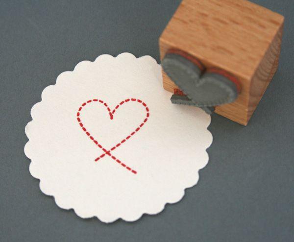 Ein süßer Stempel um tolle DIY Projekt zu gestalten. Ob Karten, Geschenkanhänger, Einladungen uvm deiner Fantasie sind keine Grenzen gesetzt. Den Holzstempel Herz aus Linie bekommst Du bei www.party-princess.de. Man kann ihn auch wunderbar zum Valentinstag, für Liebesbriefe oder zur Hochzeit verwenden.