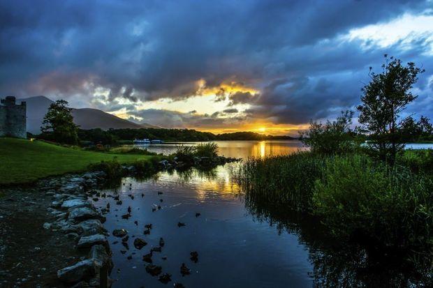 Imposante kastelen, knusse dorpjes, indrukwekkende bergen, merkwaardige geologische verschijnselen, prachtige kustgebieden en levendige steden: de vijftig hoogtepunten in Ierland en Noord-Ierland.