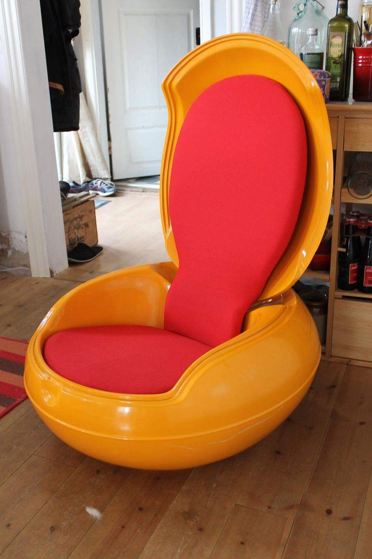 Her er et af mine lidt sjovere fund. Det er en Egg chair af Peter Ghyczy, den er fra 70'erne (mener jeg kan ikke helt huske det). Det er en havestol af glasfiber der kan klappes sammen. Ret sjov