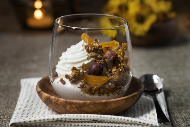 Granola med kokos og aprikos Passer som både dessert og frokost.
