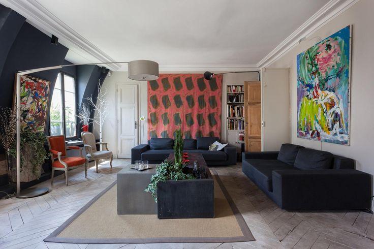 гостиная серые бежевые стены паркет елочка темные диваны