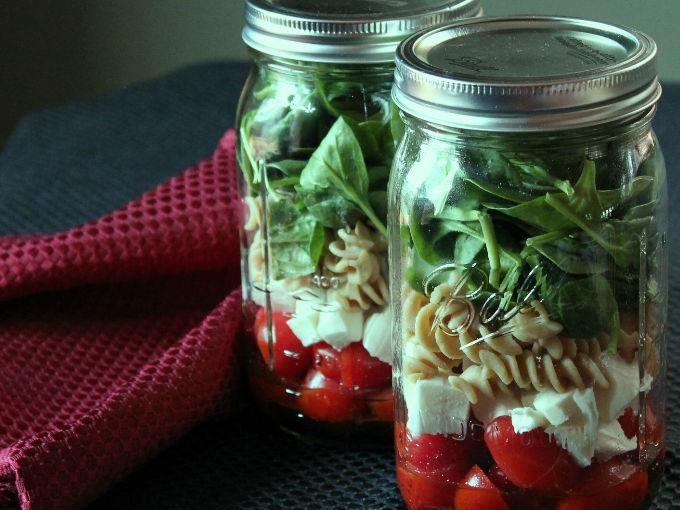 Llevar ensaladas en frasco a la oficina es una de las formas más fáciles de comer saludable. Los frascos de vidrio se pueden reutilizar, no guardan olores y sellan perfecto para que puedas traer tu comida en la bolsa sin ocupar mucho espacio y sin preocuparte de que se tire.El secreto de...