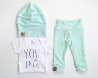gender neutral newborn outfit | bringing home baby outfit | neutral baby | baby beanie | baby leggings | Paisley Prints Spokane