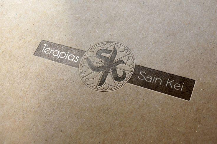 logotipo impreso reforzado con cuño seco sobre papel reciclado
