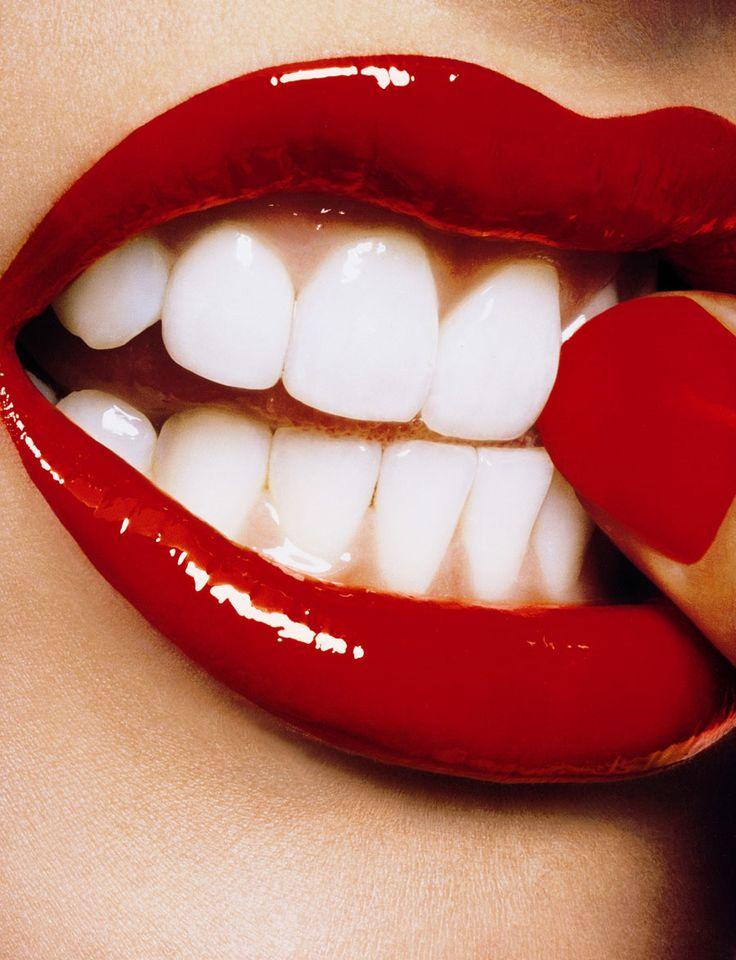 Contraste entre labios, dientes y uñas en una mujer - sexo - foto