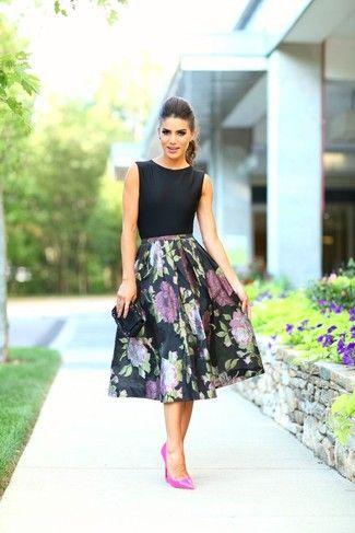 Look de moda: Blusa sin Mangas Negra, Falda Campana de Flores Negra, Zapatos de Tacón de Cuero Rosa, Cartera Sobre de Cuero Negra