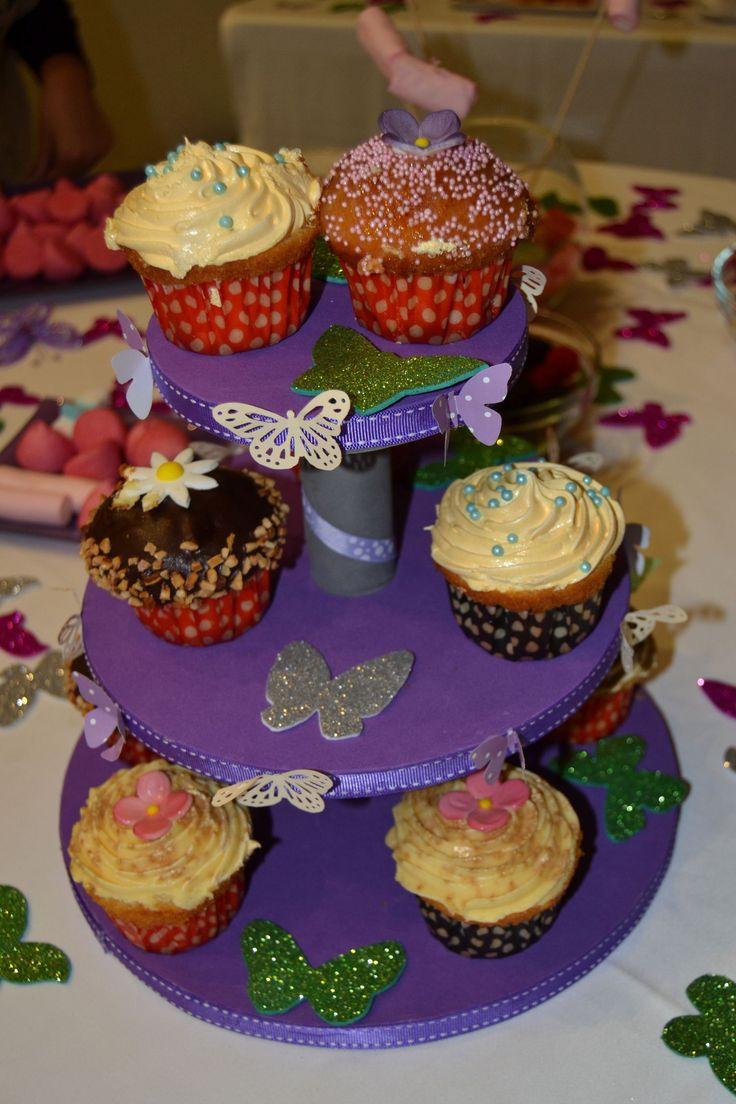 Soporte para cupcakes hecha en una tarde de manualidades.