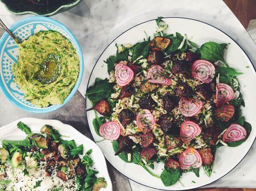 Sallad med råris, rostade betor, gröna blad, avokado med sesam- och bönröra