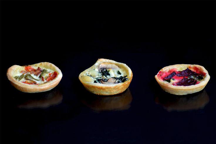 Quiche petit; crujiente masa horneada, rellena y cubierta por un delicado royal en sus tres variedades de la línea salada de LIM.