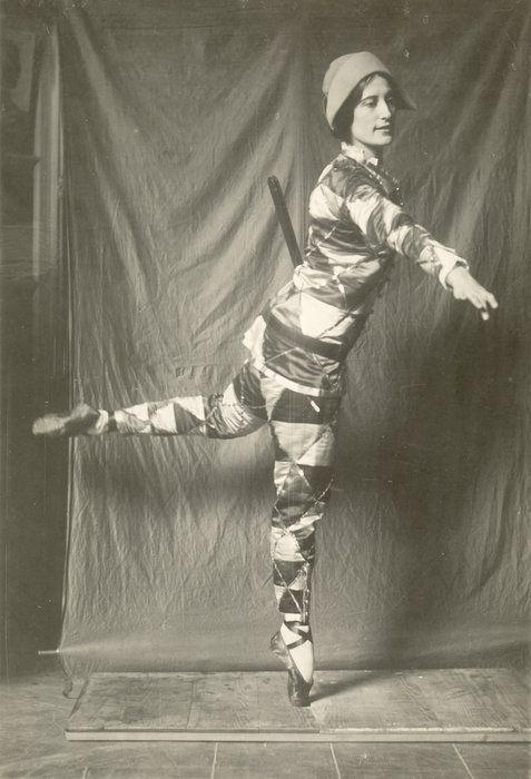 J.F. Willumsen 1863-1958 Michelle Bourret danser Harlekin, ca. 1934-35, fotografi, 22,7 x 16,3 cm. Den sene periode er også stærkt præget af Willumsens tredje kvinde i livet, den 37 år yngre franske danser og billedkunstner Michelle Bourret. Fra omkring 1930 overtog hun den rolle, Edith tidligere havde haft, som muse for Willumsen. Udover at optræde som fast model, var hun også selv udøvende billedkunstner.  J.F. Willumsens Museum, Frederikssund © J.F. Willumsen/billedkunst.dk