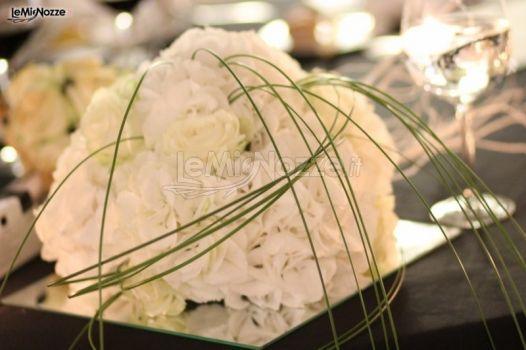 http://www.lemienozze.it/gallerie/foto-fiori-e-allestimenti-matrimonio/img7581.html  Centrotavola di fiori bianchi per il matrimonio