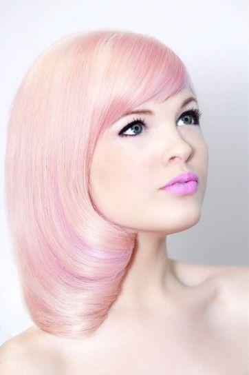 Taglio liscio e simmetrico rosa - Medium bob liscio e simmetrico con frangia ciuffo e tinta Rosa Quarzo per i capelli del 2016.