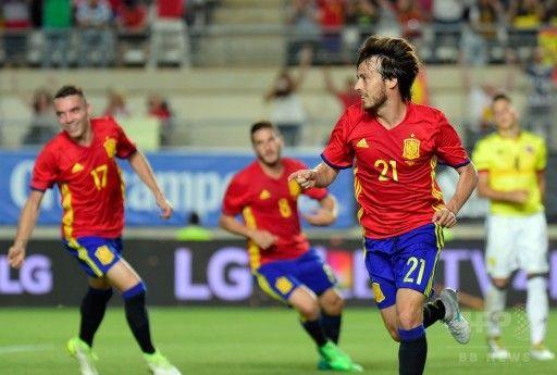 サッカー国際親善試合、スペイン対コロンビア。得点を喜ぶスペインのダビド・シルバ(右、2017年6月7日撮影)。(c)AFP=時事/AFPBB News