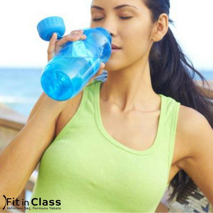 Gün içinde en az 10-12 bardak su içmenin vücuda yarattığı etki büyük. Spor esnasında da dehidrasyonu (su kaybı) ve kas kramplarını önlemek için su içmeye özen gösterin. Gün içinde ne kadar su tüketiyorsunuz? www.fitinclass.com