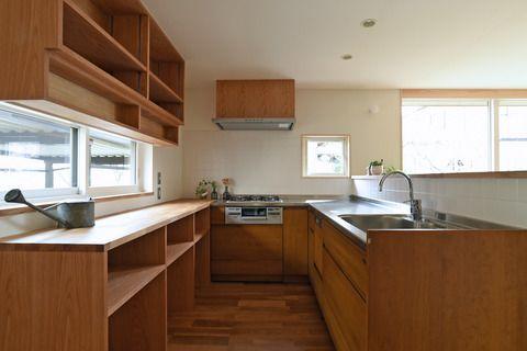 koudaiです。大好評(?)のオガスタキッチンまとめシリーズの続編です。最近L型キッチンが続いたので、まとめておきます。L型キッチンとは、L字型に設置されたキッチンのことです。◎山木戸の家B ウッドワンのL型タイプ シンクは、リビング方向を向いています。L型という