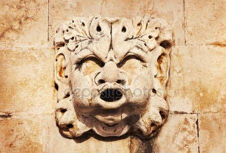 Скачать - Изящные каменные маски Рисунок на древний фонтан на стороне церкви Святого Блез (st.vlaha) Дубровник — стоковое изображение #9911023