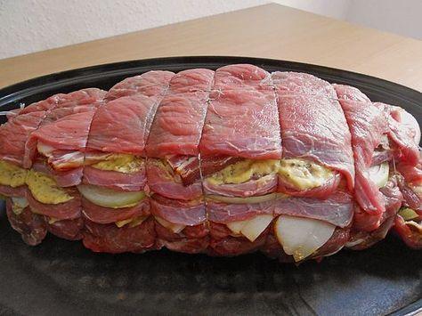 Nicis Rouladen-Schichtbraten 6 Roulade(n), am besten Beefsteak 4 große Gewürzgurke(n), in Scheiben 4 Zwiebel(n), in Scheiben 10 Scheibe/n Speck, durchwachsener Senf Salz und Pfeffer Für die Sauce: 500 ml Rotwein 700 ml Rinderfond, oder Brühe 1 Zwiebel(n), gewürfelt 1 EL Tomatenmark 1 Bund Suppengemüse, grob gewürfelt 2 Lorbeerblätter Öl Portionen