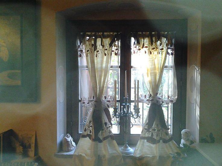 tende a vetro in ulle francese con applicazioni in velluto di seta