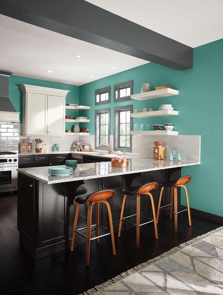 Los colores vívidos fríos funcionan muy bien en la cocina.