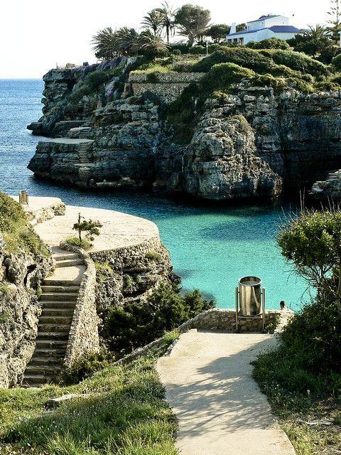 Cala en Brut, Menorca: es una cala pequeñita situada al oeste de la isla, a escasa distancia de Ciudadela. Se trata de una cala sin arena, donde la gente se sitúa en las plataformas de roca pulida que se encuentran sobre las rocas.