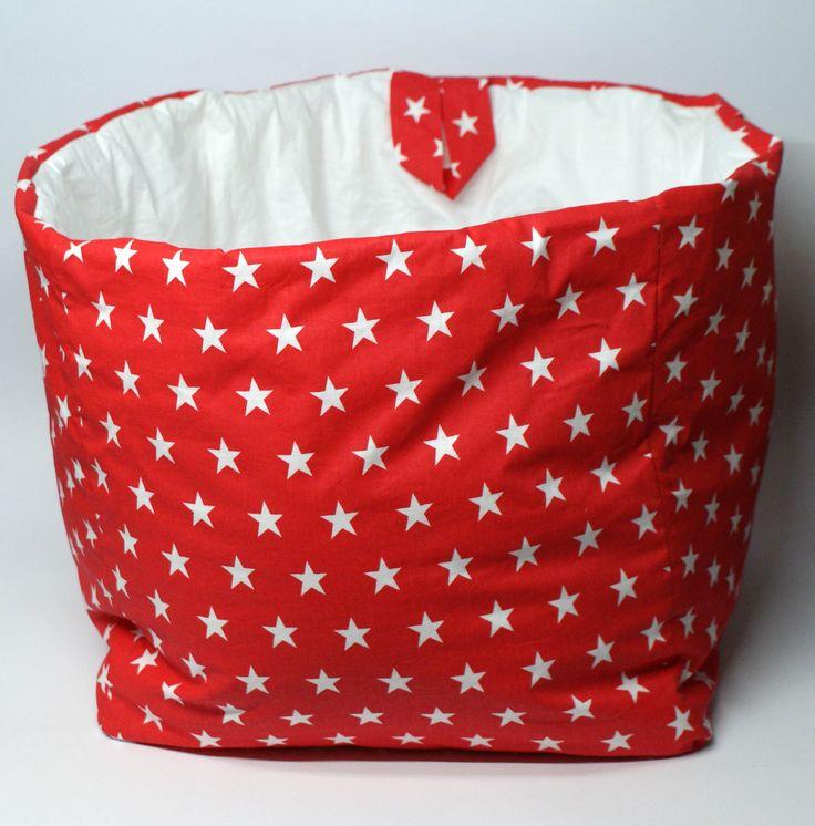 Kosz kwadratowy w czerwone gwiazdki idealnie sprawdzi się jako pojemnik na zabawki,misie, poduszki oraz wszystkie inne rzeczy. Wymiary: ok 38x38x38cm. Ręcznie wykonane. Materiał: 100% bawełna.