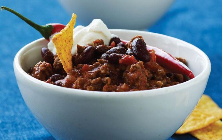 En klassisk fyldig chili con carne til en kold dag. Server med sprød gulerodssalat og tortillachips.