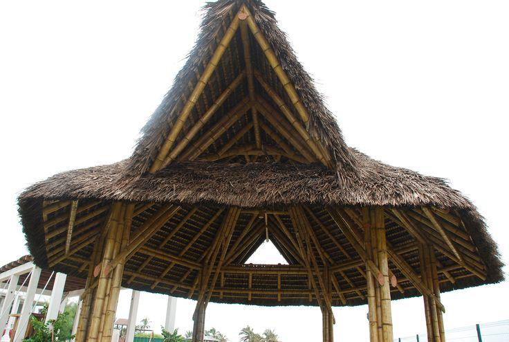 Glorieta en bamboo, cubierta en paja toquilla. Construcción y diseño Loaiza Construcciones. Playas, Ecuador