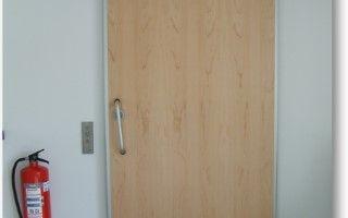 record CLEAN K1 RS – een-vleugelige rookwerende schuifdeur. Een-vleugelige rookwerende schuifdeur - Met de aangepaste afdichtingen en een warmte-absorberende kern wordt de standaard CLEAN K1 een gecertificeerd rookwerende deur.