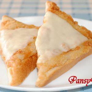 きなこ餅のトースト♪チーズのせ☆ 残ったお餅で! by パンジーAさん | レシピブログ - 料理ブログのレシピ満載! ★残ったお餅で! 冷凍したお餅の活用にも♪  ★「もっちり&サクサク 」きなこ餅の応用レシピです☆  ★マーガリンを塗ったトーストの上に、きなこ餅をのせて、とろけるチーズをトッピングして、再度、裏にち...