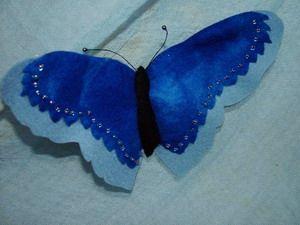V001 Blauwe vlinder van sprookjesvilt, als haarclip, broche of corsage te gebruiken. Spanwijdte vleugels plm. 18 cm.   www.elfenwereld.nl