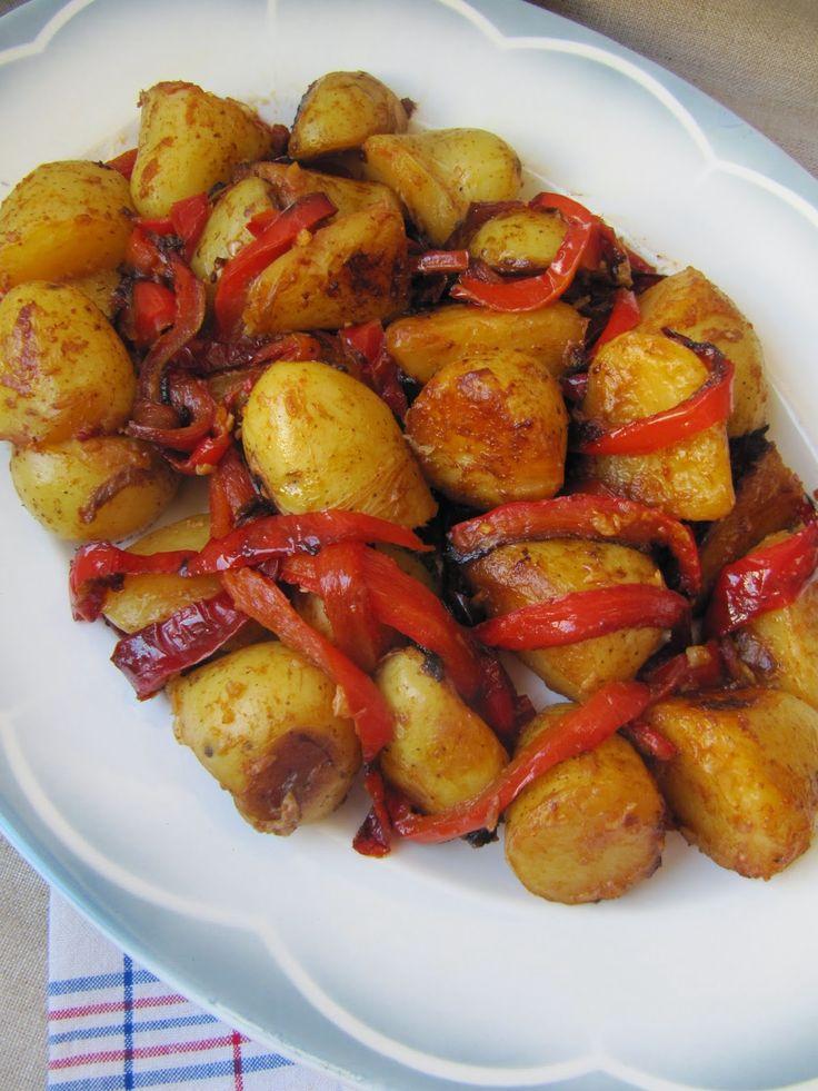 POMMES DE TERRE A L'ESPAGNOLE (10 petites pommes de terre, 1 poivron, 3 c à s d'huile d'olive, 2 grosses gousses d'ail, 1/2 c à c de piment d'Espelette, 1/2 c à c de cumin en poudre, 2 c à c de paprika, 2 c à s de vinaigre de Xérès, gros sel de Guérande)