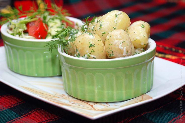 Молодой картофель с чесноком, укропом и сметаной