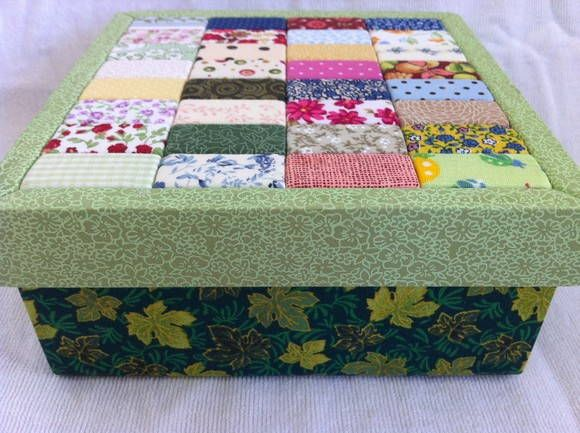 Caixa feita com patchwork embutido. Forrada internamente. Estrutura em MDF.  Fazemos qualquer produto em qualquer cor sob encomenda!  *Tecidos podem variar R$ 40,00