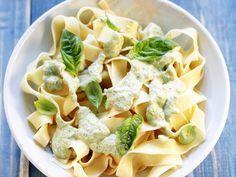 Pasta und eine gute Sauce – mehr braucht es manchmal nicht. Nudeln mit Kräutersoße - smarter - Zeit: 25 Min.   eatsmarter.de