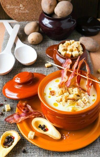 Картофельный крем-суп с белыми сухарями и чипсами из бекона