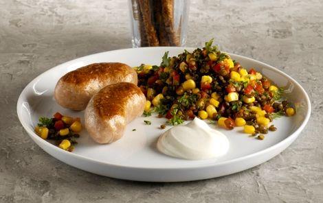 Medister med krydrede linser Linser, majs, peberfrugt og chilisauce - en herlig kombination, som passer rigtig godt til den stegte medisterpølse.