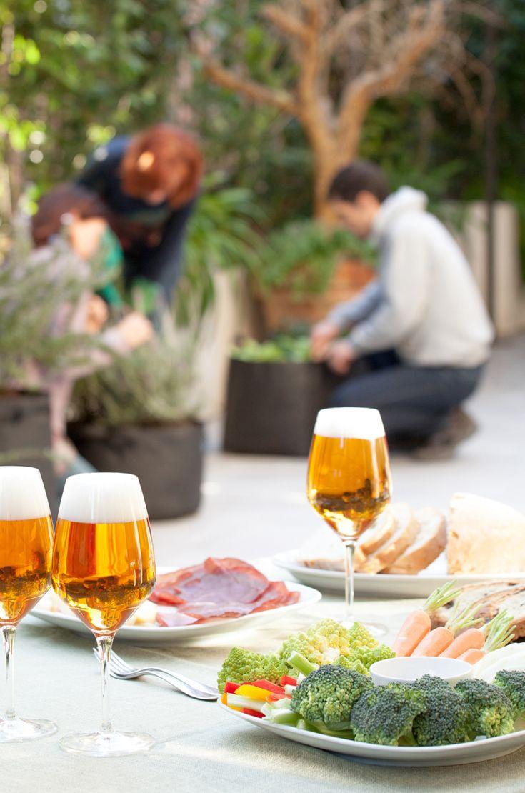 Olio d'oliva, cereali, frutta, ortaggi, legumi, latticini e pesce svolgono un ruolo importante nella dieta mediterranea, ma anche il consumo moderato di bevande fermentate. Quindi sia vino che birra! #birraiotadoro #abbinamenti #verdure