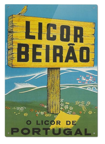 Publicidade dos anos 50 recriada num quadro metálico. A tabuleta de madeira com um pássaro pousado e a Serra da Lousã ao fundo é um dos marcos da história do Li