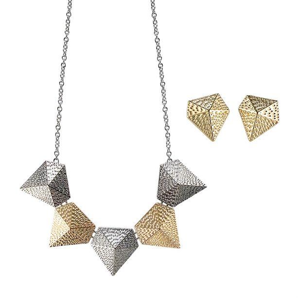 Az AVON Angeles ékszerszett egy pár aranytónusú fülbevalóból és egy merész és geometrikus formákkal díszített n