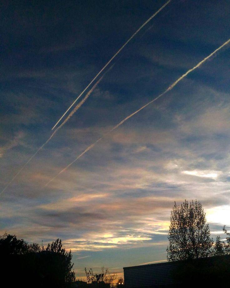 Seguiré esperando que otra línea se vuelva a cruzar con la mía #igersaragon #igerszgz La felicidad no es un estado normal y cuando llegue quiero poderla atrapar. No es el momento pero algún día vendrá el tiempo de mi felicidad - Ella Baila Sola - #cielo #sky #nubes #clouds #planelinesinthesky #planelines #aviones #rastrosdeaviones #rastrosdeavion
