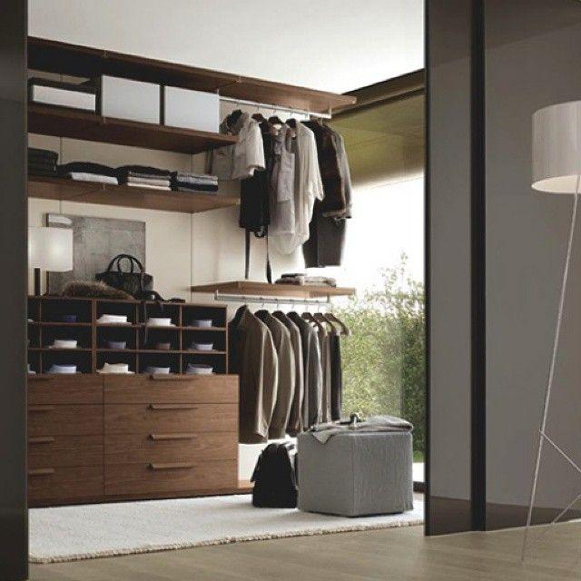 #Elegante #diseño de #vestier. Con #mobiliario ligero muy bien organizado e iluminado con una gran integración con el exterior a través de un amplio ventanal y finos acabados. Ve mas #ideas para...