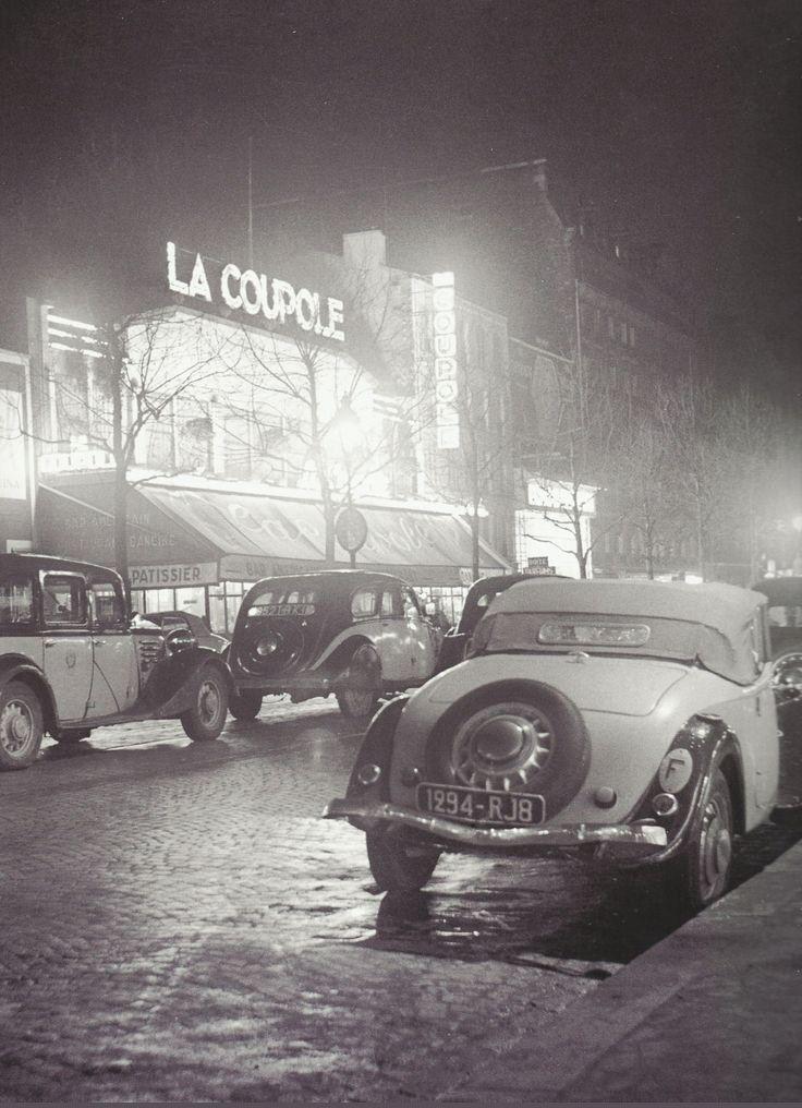 De bien belles voitures garées devant le café La Coupole, en 1930. Une photo de © Pierre Jahan (Paris 14ème)