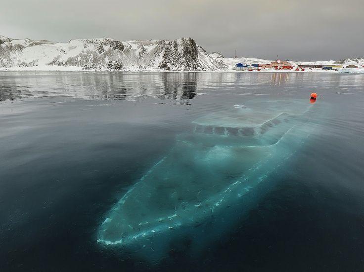 En avril, un navire brésilien de 22 mètres portant le nom de Mar Sem Fin (mer sans fin) a coulé au large de l'antarctique avec pour principale raison de forts vents et la compression des glaces sur la coque. Pas de panique, les 4 membres d'équipage sont sains et sauf! Tout ce qu'on peut dire c'est que cette photo donne la chair de poule!