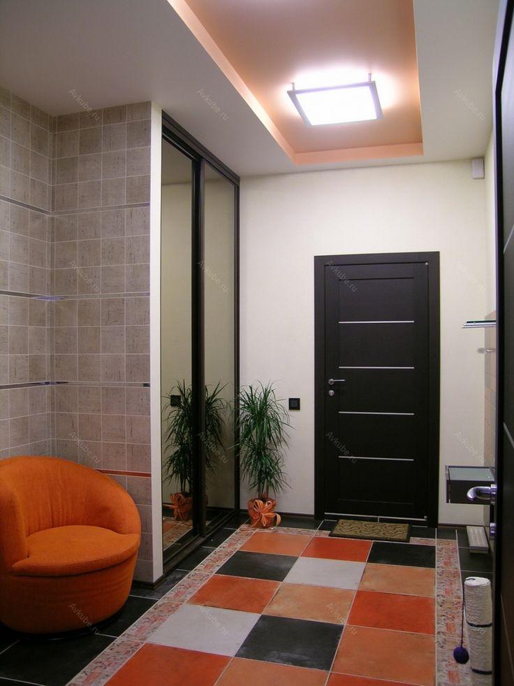 Яркий коврик в шоколадно-оранжевых теплых тонах нашел поддержку у оранжевого кресла в прихожей.