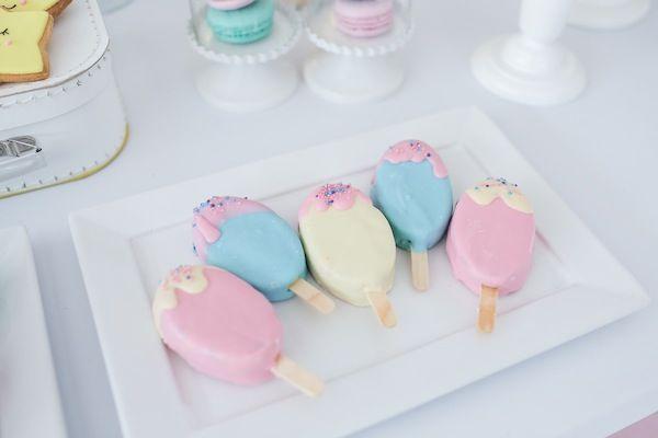 Doce em formato de picolés para compor a mesa de doces com tema Doces sonhos, aniversário de 1 ano da Branca, filha da fotógrafa Rejane Wollf. Foto: Bia Soave