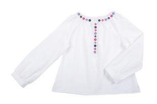 Blusa para niña en color hueso. Cuello redondo y mangas largas con bordado de colores al frente.