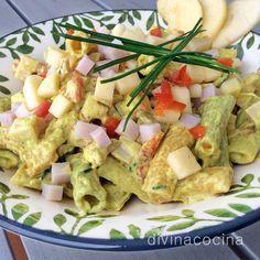 Esta ensalada de pasta al curry la puedes preparar con cualquier pasta a tu gusto,e spirales triicolor, macarrones, tiburones... El aderezo es fuerte y le sienta mejor a pastas gruesas. La manzana se puede sustituir por piña.