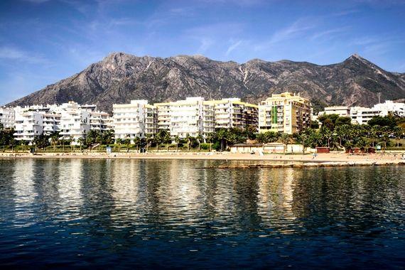 Magnifica frontal de la playa de la Bajadilla, Marbella.